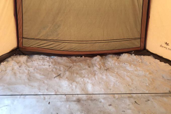 テントの隙間を雪で埋める