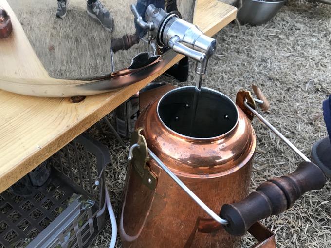 グランマーコッパーケトルに水を入れる