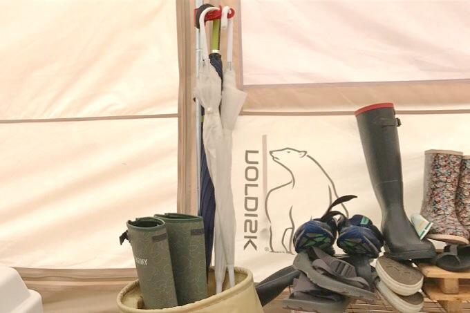 テントの傘と長靴