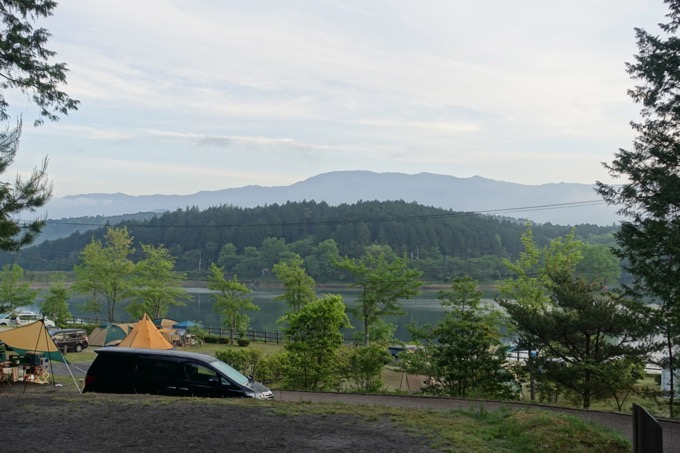 山側サイトからは湖を見下ろせます。