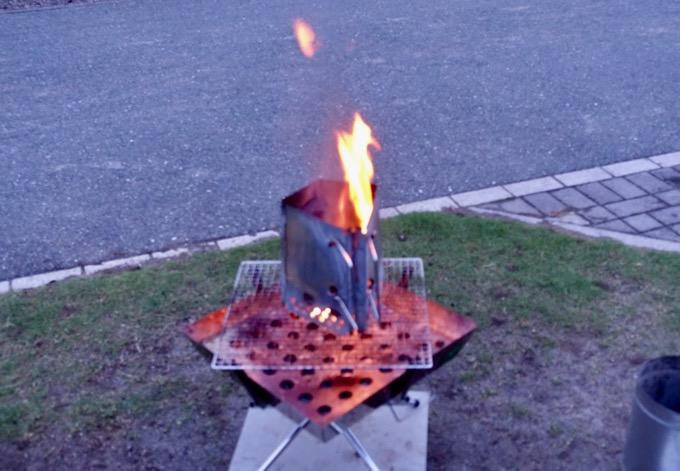 炭が爆ぜる