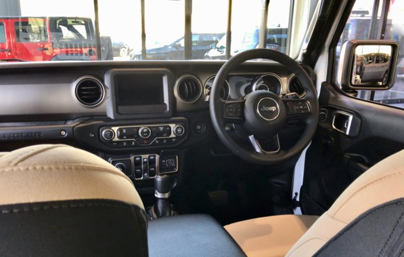 新型ラングラーの運転席