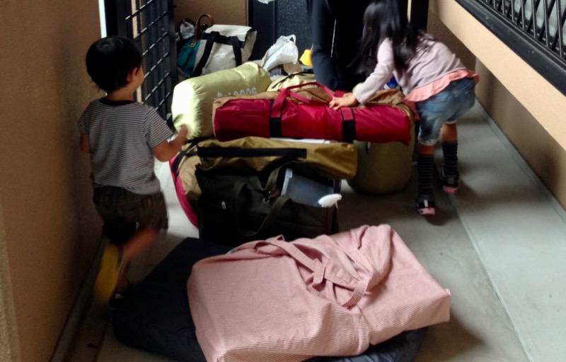 マンションの自室にキャンプ道具を運ぶ