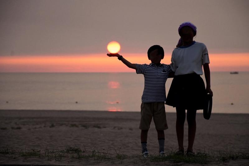 夕陽と子供たち
