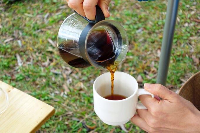 キャンプでコーヒーを入れる