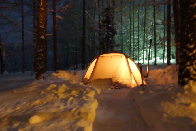 雪中キャンプ夜
