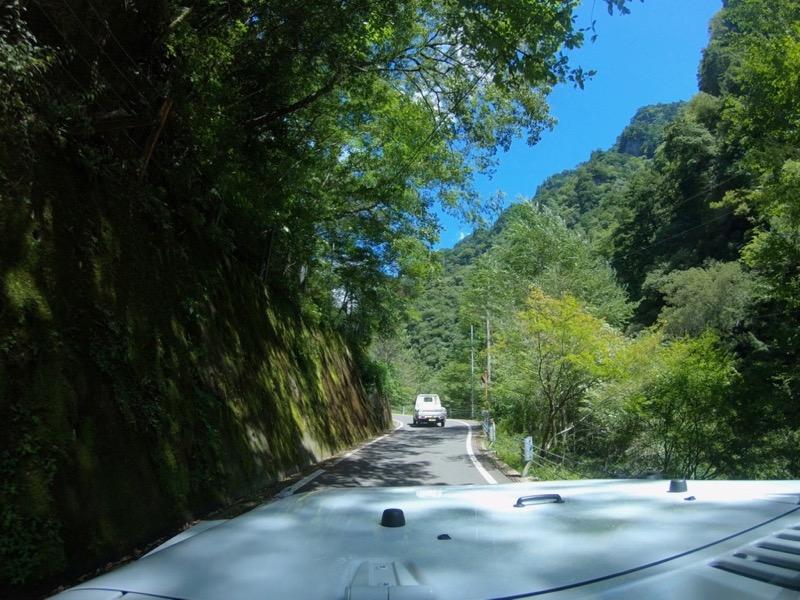 道幅が狭くて危険な箇所が多いです。