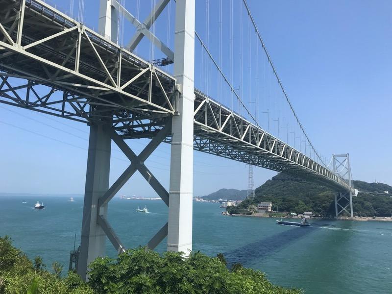 関門海峡にかかる関門橋。壇ノ浦SAから眺めることができます。
