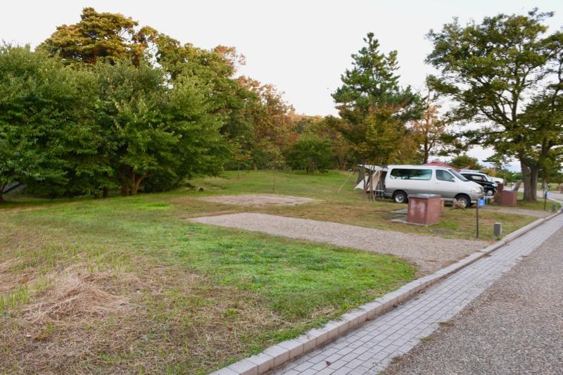 テントを張る場所が土の地面になっています。