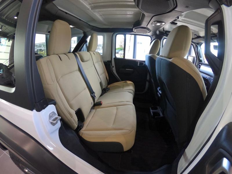 新型ラングラーの後部座席。背もたれ角度が若干改善されています。