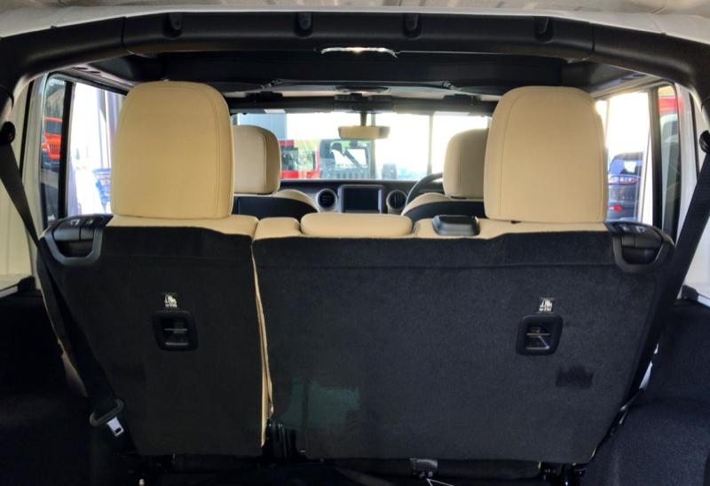 新型ラングラー後部座席の角度が調節できる「リクライニング機能」は、旧型と同じく付いていません。