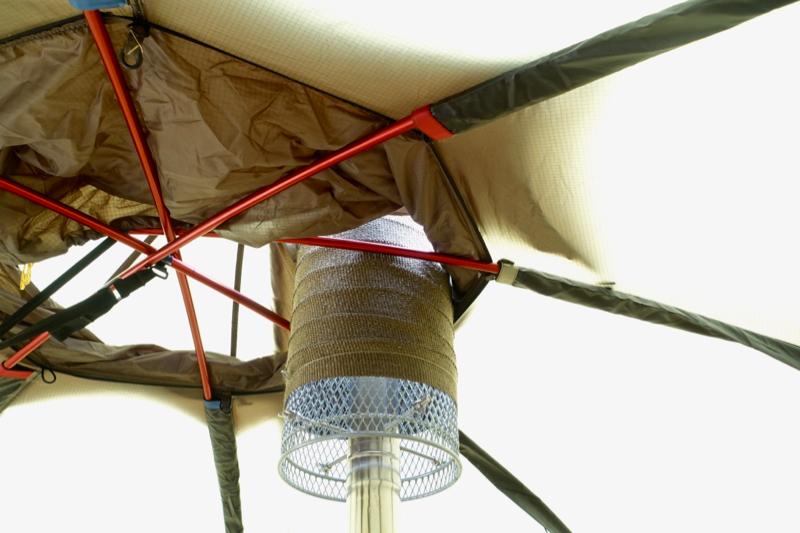 自作した「煙突ガード」。傘立てと断熱材とネジを使って作りました。