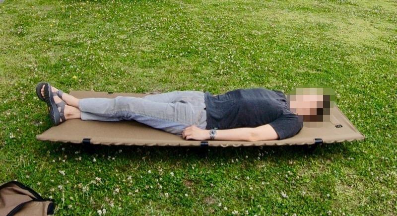 コットで寝ている男性の身長は178cm
