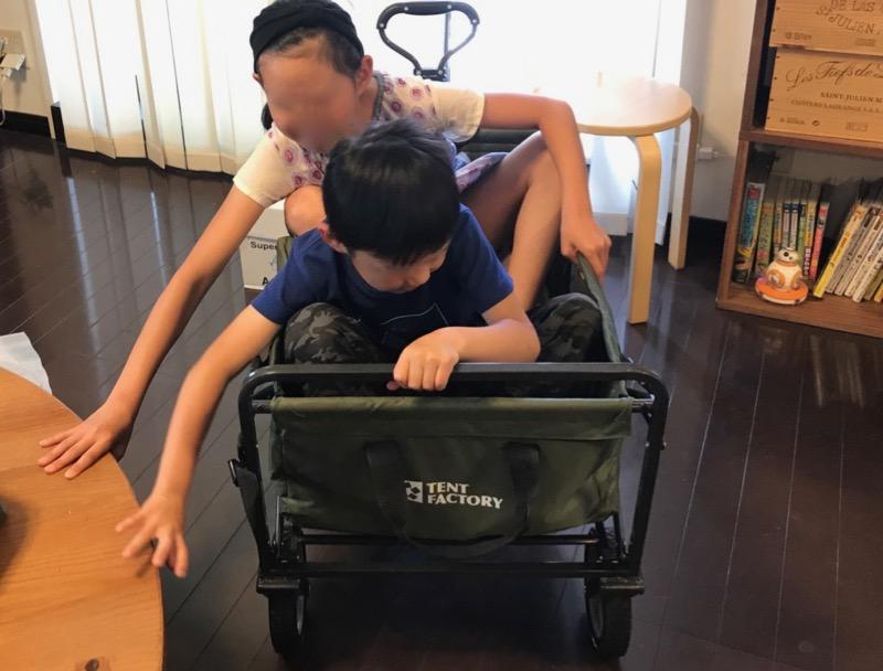 テントファクトリーキャリーワゴンに子供が乗る