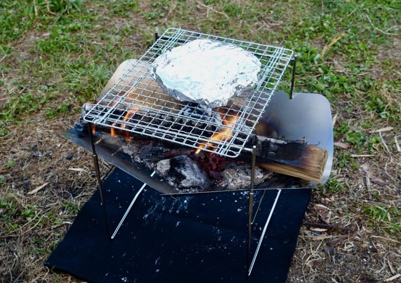 焼き網を置いて調理もできるピコグリル398