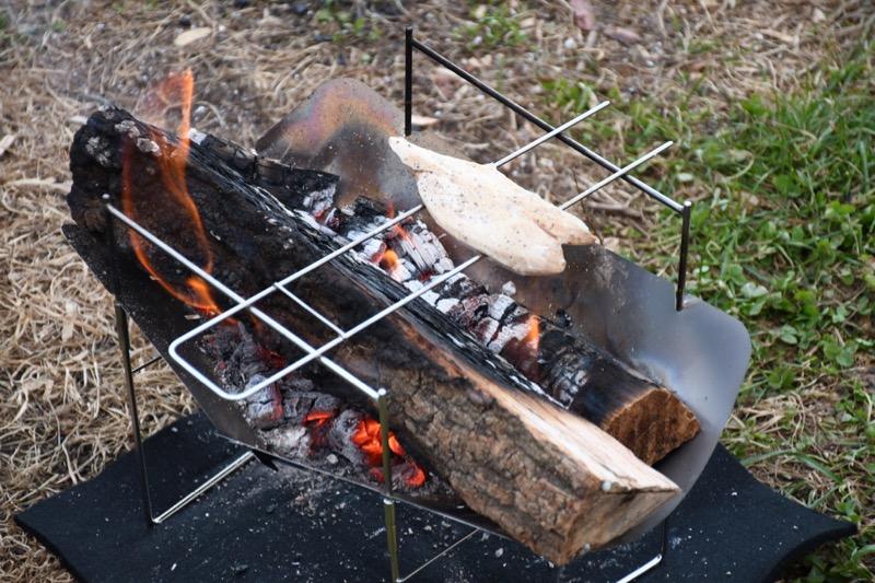 焚き火で調理もできるピコグリル398