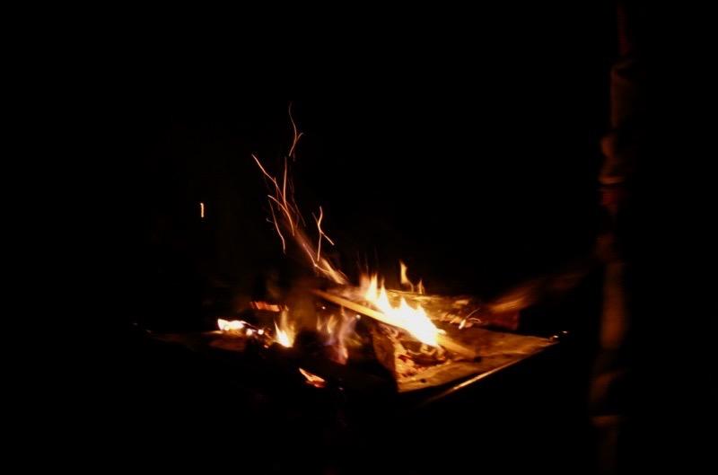 焚き火で薪が爆ぜる