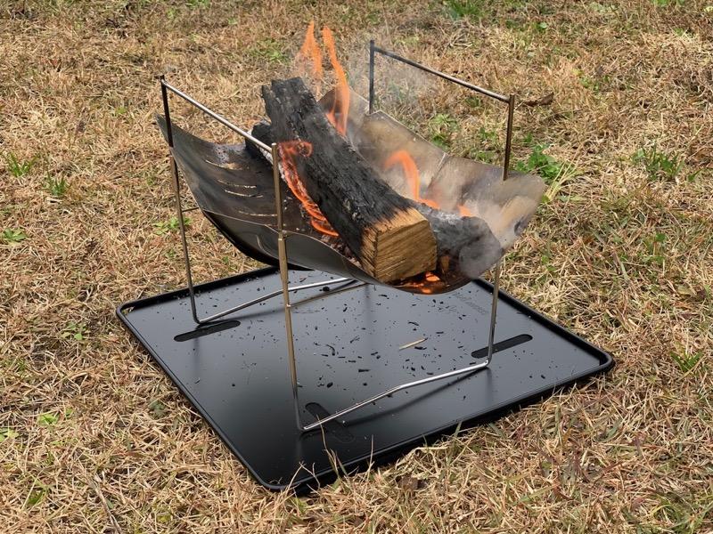 ピコグリル398にスノーピーク焚き火台ベースプレートMを敷いて焚き火