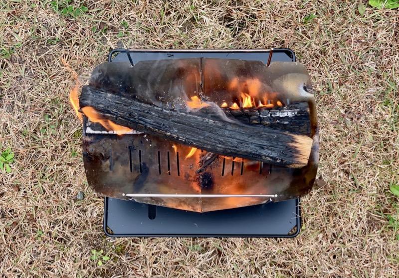 焚き火台と薪の配置