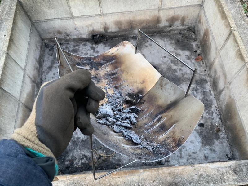 灰捨て場に消し炭を捨てるピコグリル398
