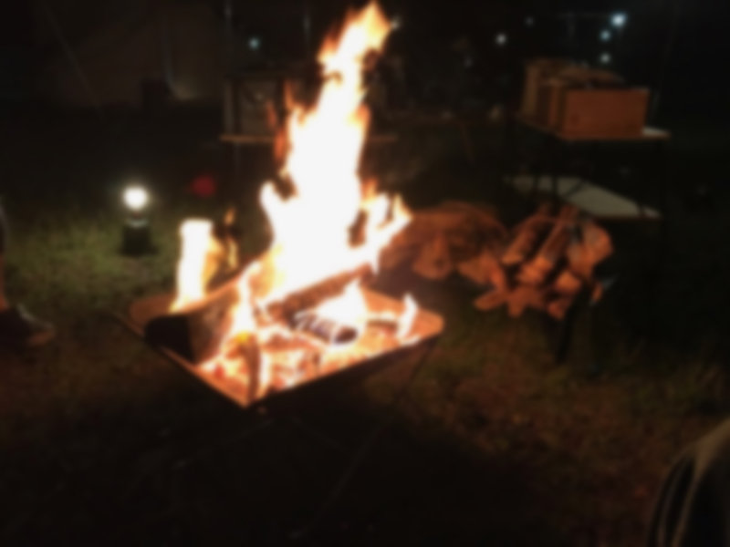 どんどん薪をくべる焚き火台