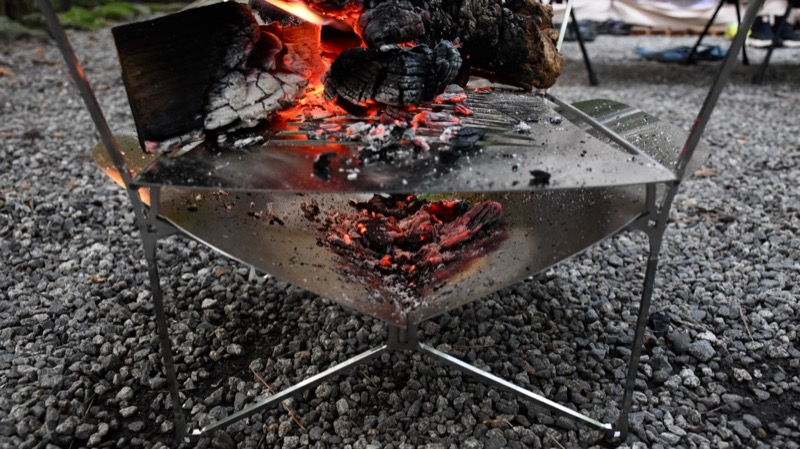地面にダメージを与えにくい構造の焚き火台ラプカ