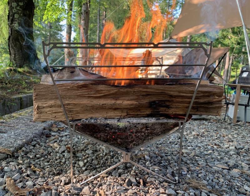 ラプカには大きな薪をそのまま置ける