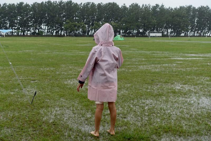 キャンプ 濡れた地面