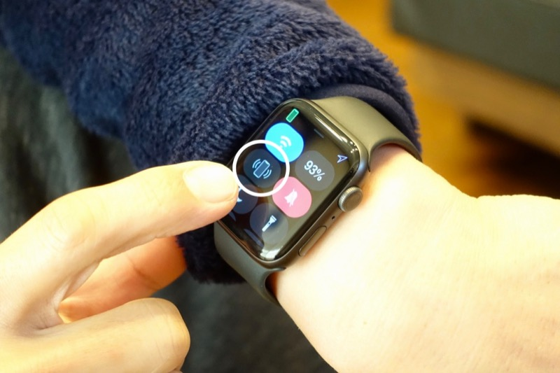 Apple Watchの「iPhone呼び出し」ボタンをタップすると、iPhoneから音が鳴ったり、ライトが点滅したりして知らせてくれます