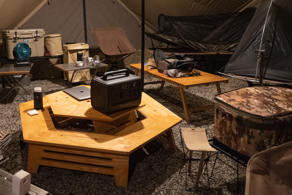 六角テーブルとポータブル電源 BLUETTI(ブルーティ) EB70