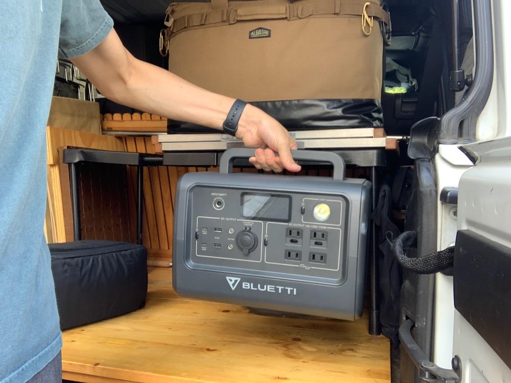 ポータブル電源 BLUETTI(ブルーティ) EB70を片手で運ぶ