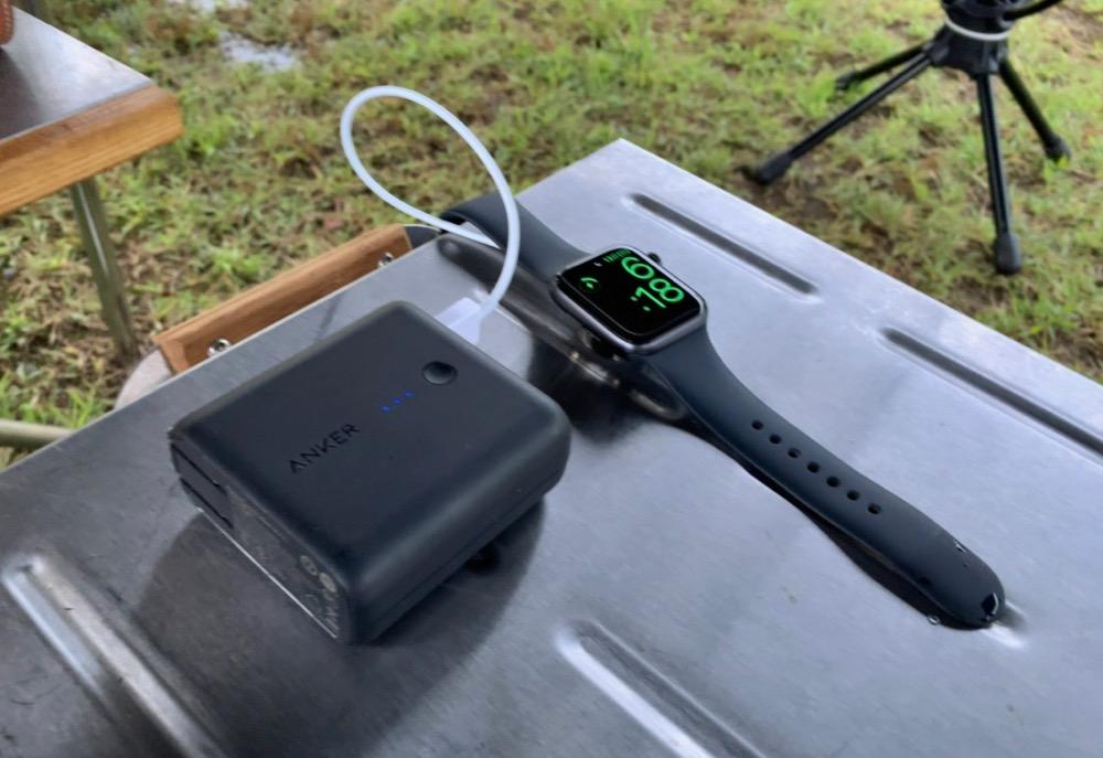 キャンプでモバイルバッテリーを使ってアップルウォッチを充電する